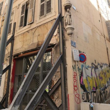 Les travaux de démolition d'office ont le caractère de travaux publics